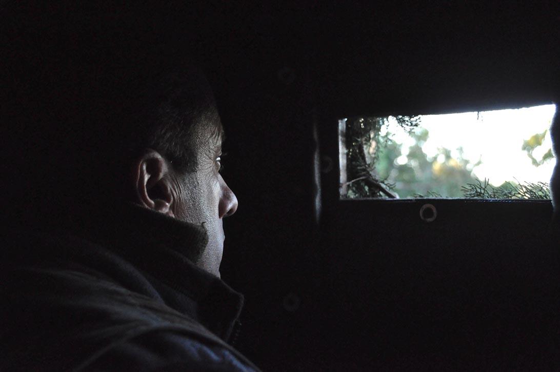 Spiragli di luce e speranza attraverso le feriotie del capanno