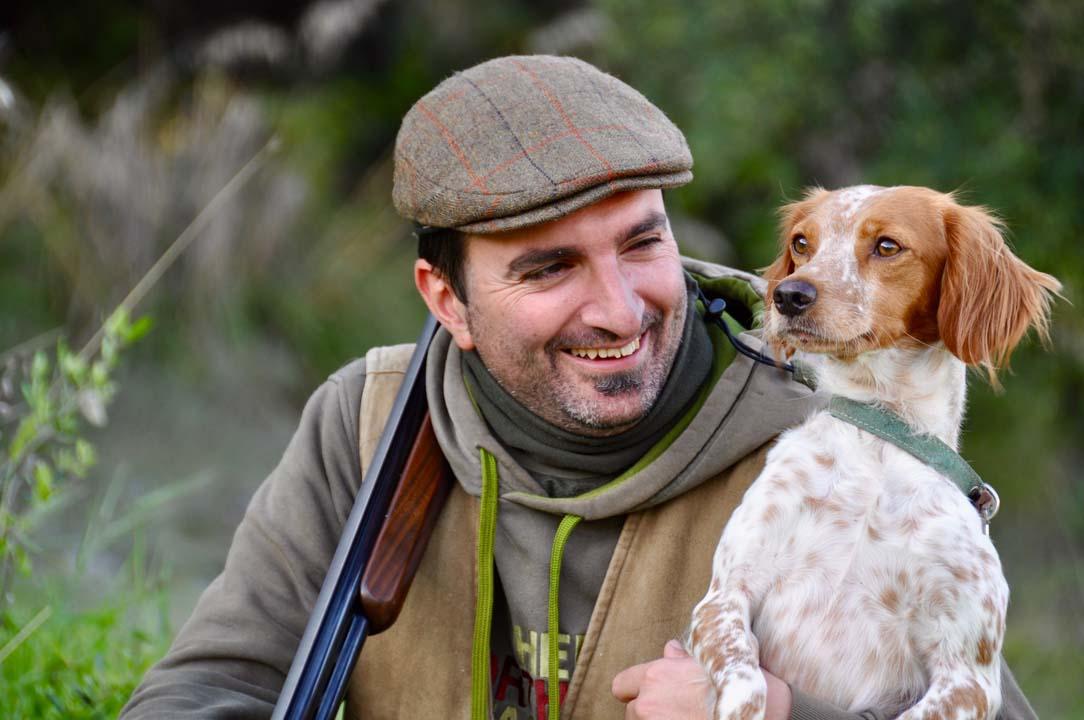 cacciatore con cane da caccia Breton