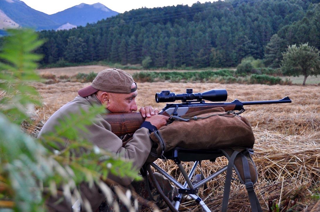 Cacciatore selecontrollore durante battuta di caccia al cinghiale nel Pollino