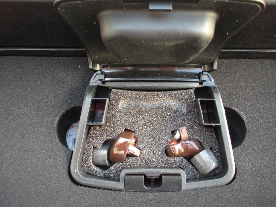 Shothunt - L'interno del contenitore con i due apparecchi quasi pronti all'uso