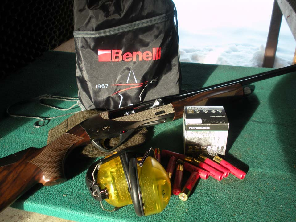 Il Benelli Ethos calibro 28 Magnum sul bancone di tiro con alcune cartucce della Fiocchi della serie Magnum Performance: la carica è di 33 g di Pb del 7