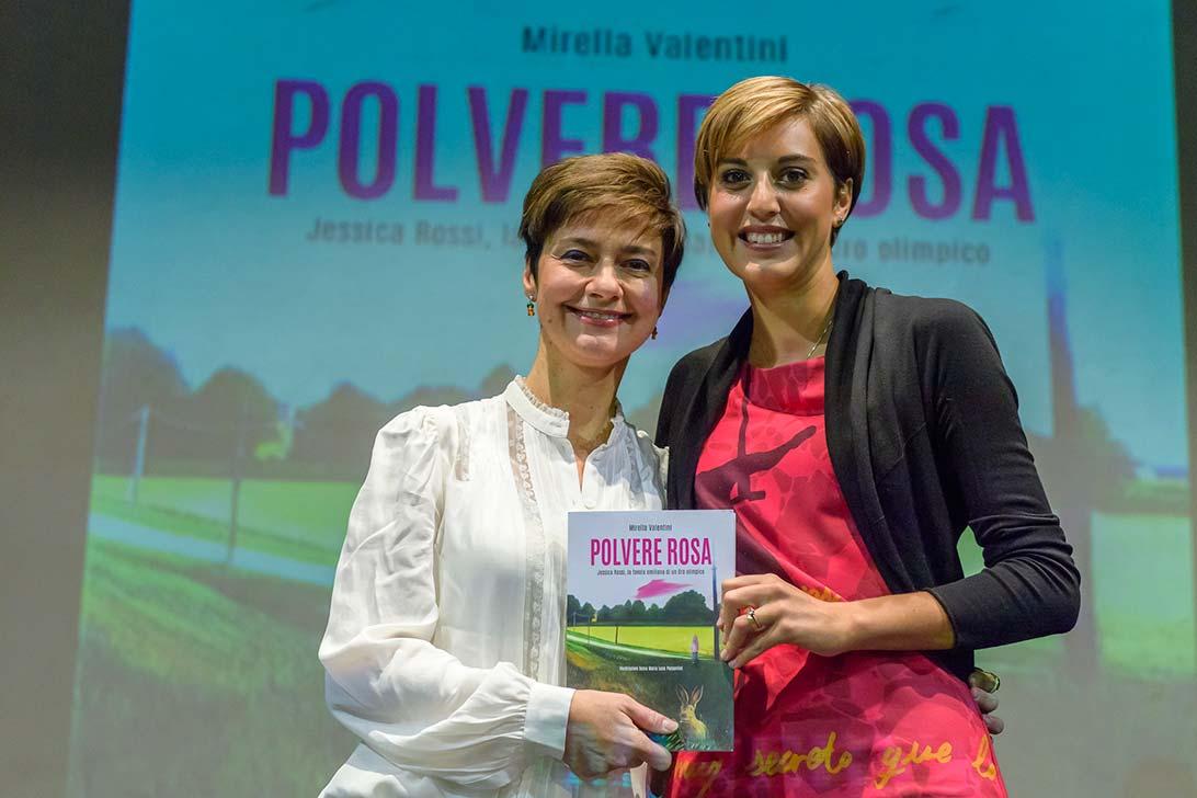 """Da sinistra: Mirella Valentini e Jessica Rossi durante la presentazione del libro """"Polvere Rosa""""."""