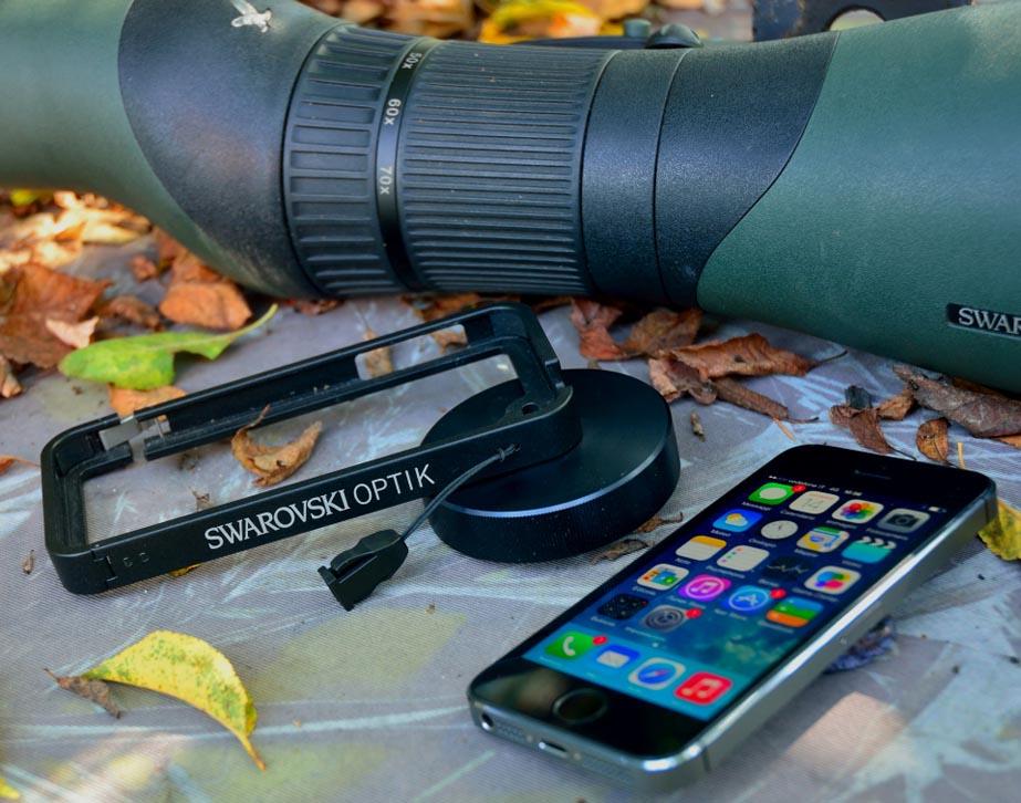 L'adattatore Swarovski Optik PA-i5s si  monta facilmente sullo smartphone
