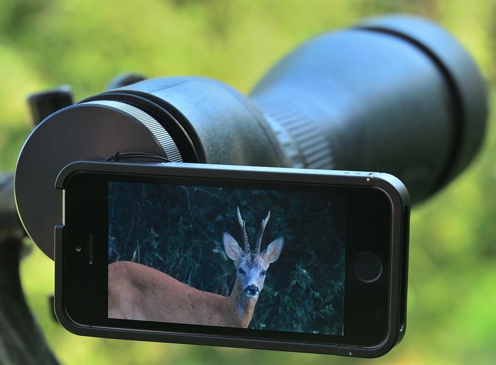Lo smartphone si fissa stabilmente e in asse perfetto sull'oculare del telescopio.
