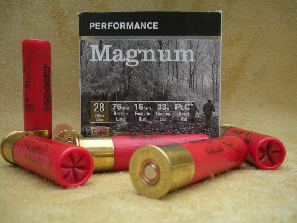 La confezione da 25 pezzi in scatola di cartoncino riporta una raffinata scena di ambiente boschivo in bianco nero e insieme il logo aziendale e la qualifica Performance Magnum relativa a tale cartuccia