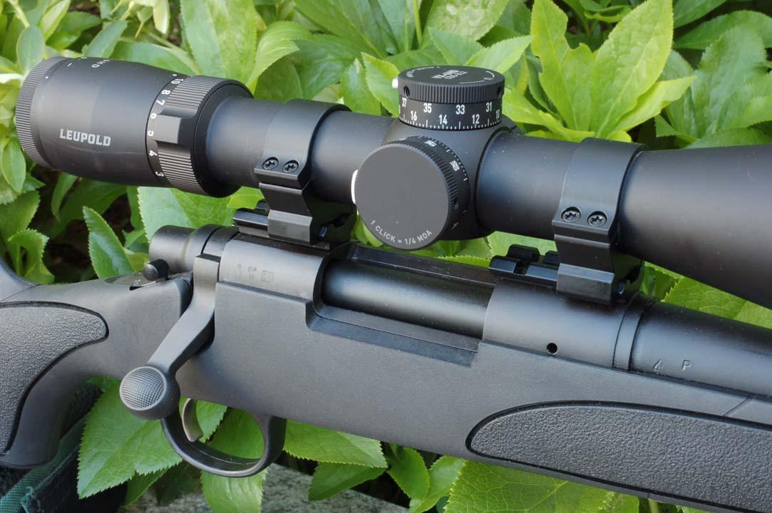 L'azione del Remington 700 ADL nella versione corta adatta alla cartuccia 6,5 Creedmoor: nel lungo anello anteriore spicca il foro di sfiato dei gas e la piastra di scarico tenuta in sede dall'avvitamento della canna