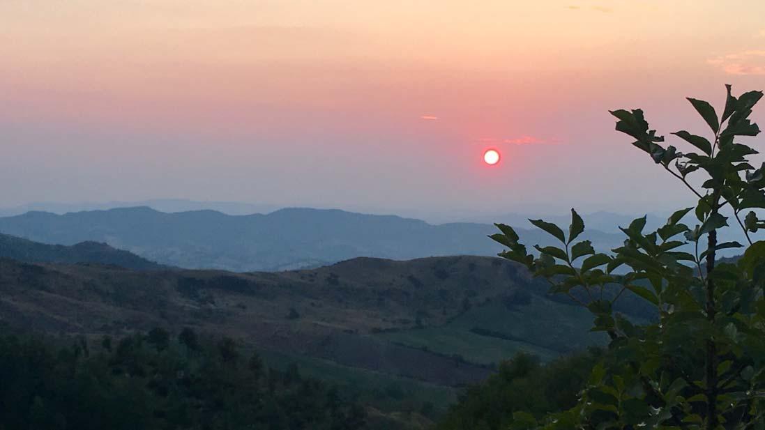caccia la capriolo | Una splendida alba del territorio toscano al confine con il Montefeltro