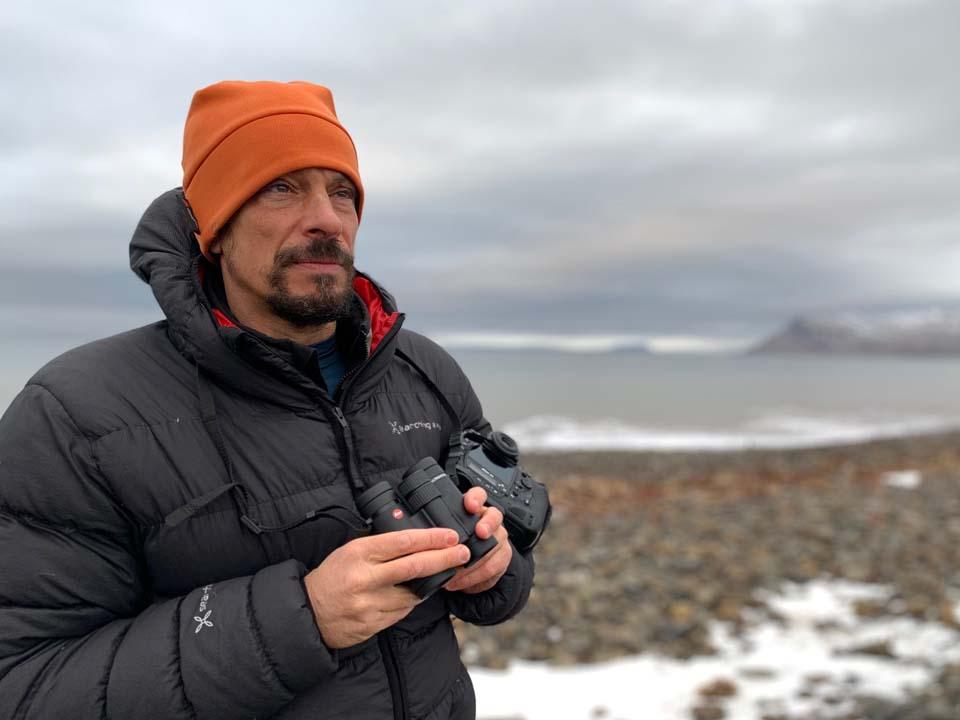 Stefano Unterthner mentre osserva l'ambiente circostante con il binocolo binocolo Ultravid HD-Plus 8x32