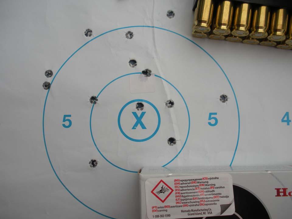 Abbiamo sparato 20 colpi con le Hornady Match con palla ELD® Match da 140 gr: alcuni sono a sinistra per il vento e per una postura ancora da perfezionare: regolato il cannocchiale e sistemata meglio la tenuta del fucile questi sono i 13 colpi residui inscrivibile nel cerchio di 132 mm (0,866 MOA) e nel rettangolo di 132x113 mm. Chiudendo la visuale sul centro avremo 6 colpi raggruppati in 65 mm (0,426 MOA) e nel rettangolo di 61x56 mm