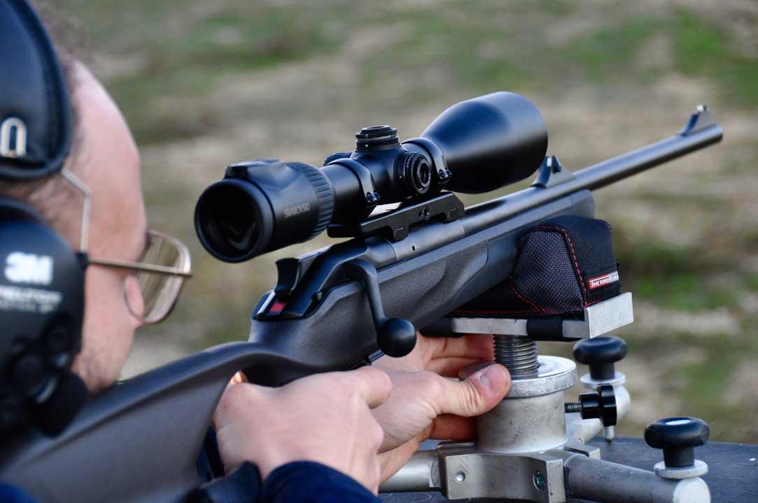 L'ottica è stata montata su una carabina Blaser R8 Professional Success in calibro 7x64 Brenneke