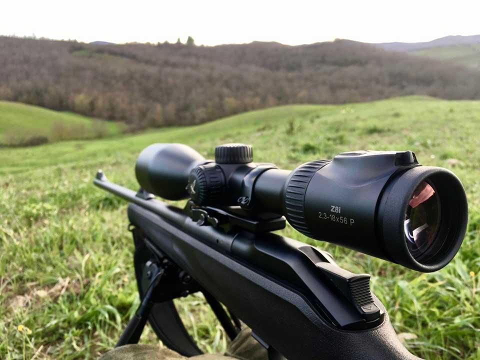 Gli ingrandimenti in questione lo rendono adatto in svariate condizioni di caccia, anche a lunga distanza